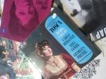 Kjøp LP-er på en bruktbutikk. Om du kjenner noen som har en favoritt artist, se setter akkurat den LP'n. Om ikke kan årstall være morsomme: eks. min søster fikk en LP utgitt av Ole Ivars i 1968. Min søster liker musikken, det gjør ikke jeg, men jeg er født i 1968 :) !